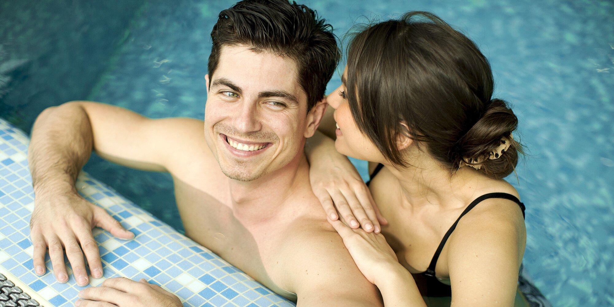Двое в бассейне картинки