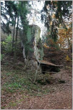 Rumcajsova jeskyně v lese Řáholci
