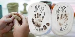 Obtisky dětských ručiček a nožiček do keramiky