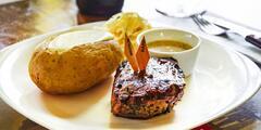 Menu pro 2: předkrm, steak ze 3 druhů i víno