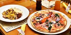 Pizza či těstoviny a nápoj na Staroměstském nám.