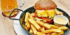 Hovězí burger z českého masa, hranolky i pivo