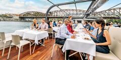 Oběd na prosklené lodi: plavba Prahou a živá hudba