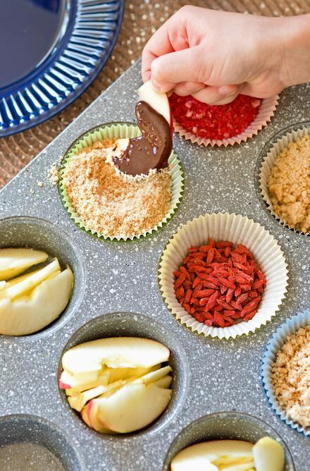 Čokoládou obalené jablíčko můžete ponořit do rozemletých ořechů nebo ovoce.