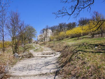 Po zdolání kopce se dostanete k úchvatným skalním útvarům.