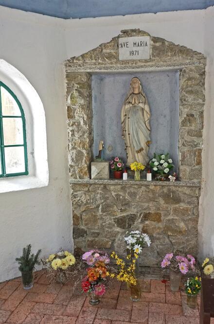 Projdete se krásným lesem, narazíte na řeku, skalní útvary či studánku a kapli Panny Marie.