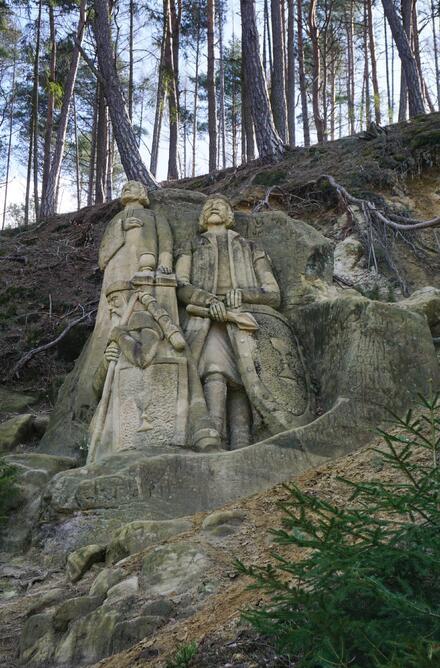 Kromě naučné stezky můžete obdivovat také sochy Stanislava Rolínka. Od rozcestníku jsou pouhých 500 m lesní cestou po zelené turistické značce. Nejpovedenější je sousoší Husité.
