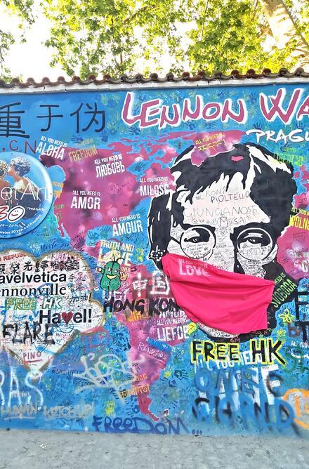 Nezapomeňte se vyfotit u Lenonnovy zdi.