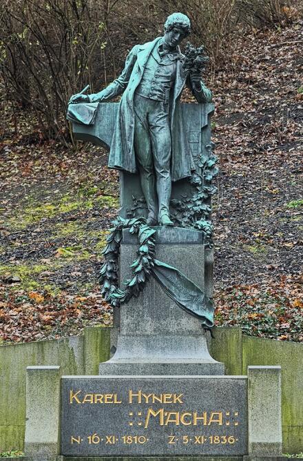 Nezapomeňte si dát pusu u sochy Karla Hynka Máchy, na 1. máje se tu líbají stovky zamilovaných dvojic.