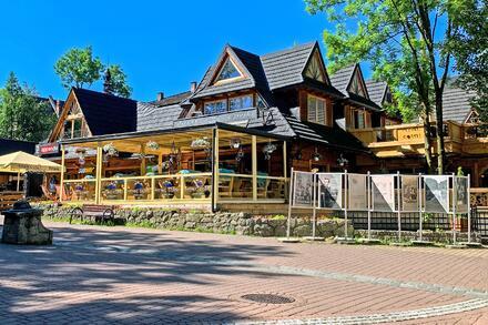 Je tu spousta obchodů, restaurací, kaváren a cukráren. Foto: Honza Jochec