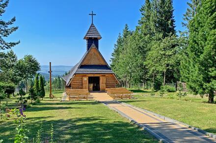 Narazíte tu na krásný horský kostelík. Foto: Honza Jochec