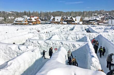 V zimě je poblíž skokanského můstku sněžný labyrint. Foto: Honza Jochec