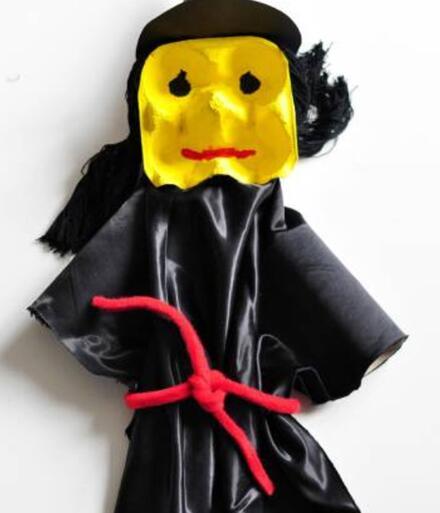 Do pasu čarodějnice navažte stužku.