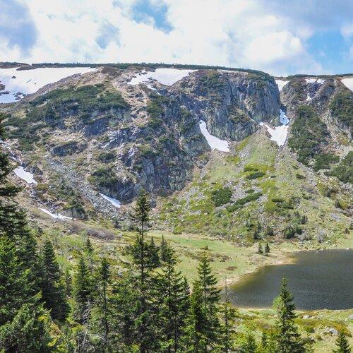 Ledovcové jezero Malý Staw a Chata Samotnia