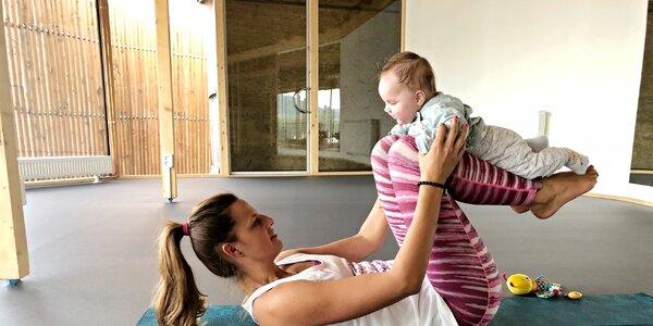 Cvičení s miminky v idylickém prostředí na břehu Vltavy