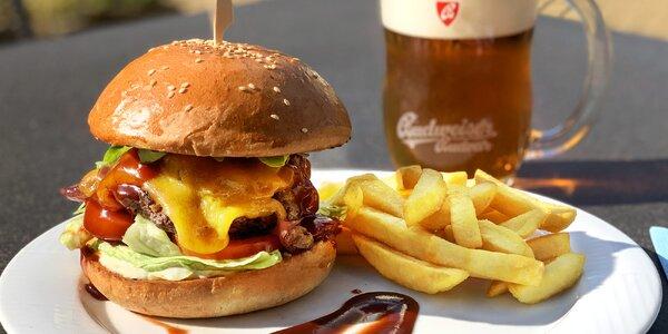 Burger z hovězího chuck roll a domácí hranolky