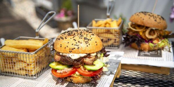 Hovězí nebo vepřový burger, hranolky a coleslaw