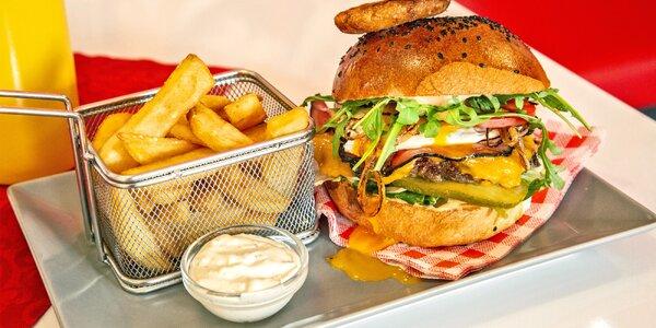 Hovězí burger s cibulovými kroužky i hranolky