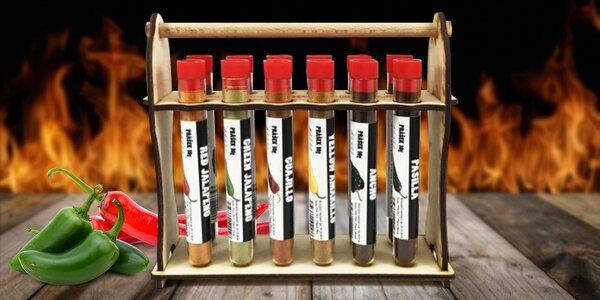 Sada 12 druhů chilli prášků v dřevěném stojánku