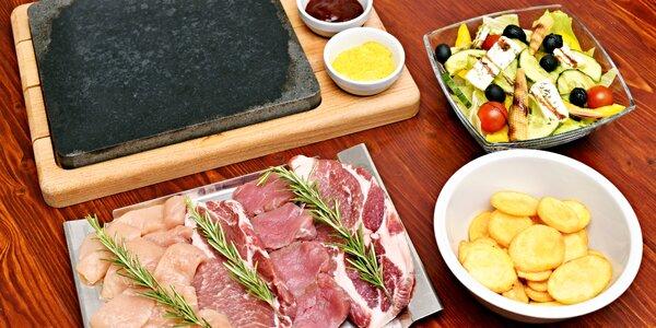 3 druhy masa na lávových kamenech i s lahví vína