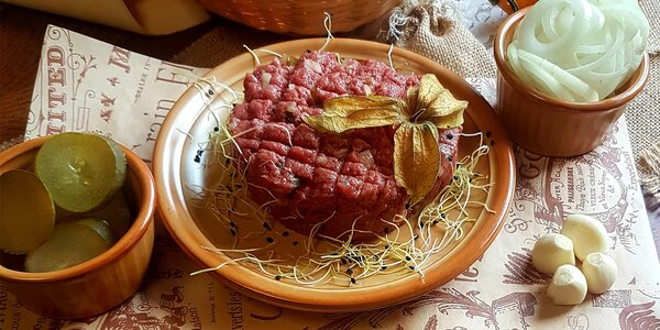 300 g namíchaného hovězího tataráku a 10 topinek