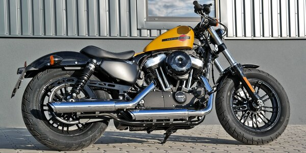 Jízda na motocyklu Harley Davidson Forty-Eight