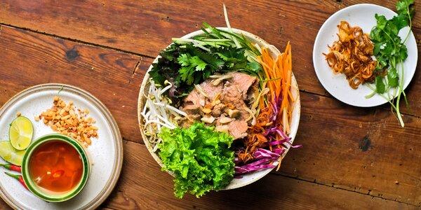 Vietnamská polévka nebo nudle a závitky
