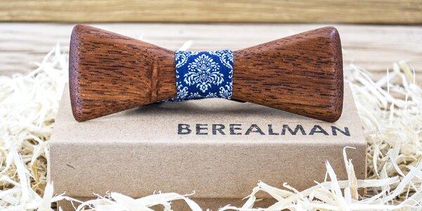 Pro gentlemany: motýlky ze dřeva s gravírováním