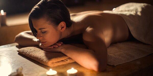 Večerní relaxační masáž ve tmě při svitu svíček