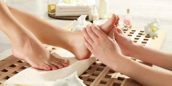 Reflexní terapie zón na nohách či léčebná masáž zad
