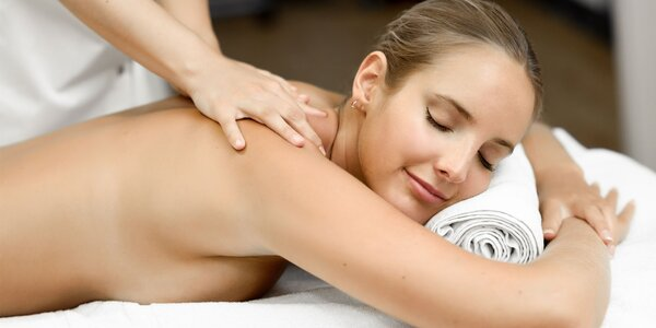 Masáž zad, šíje či krku s oleji i teplými ručníky