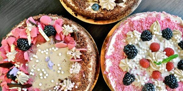 2 druhy dortů s čokoládou a ovocem