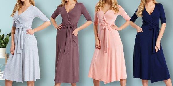Dlouhé šaty s výstřihem, kapsami a páskem