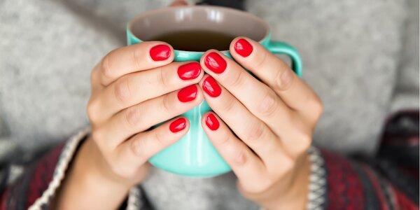 Péče o nehty: gel lak s manikúrou a masáží rukou