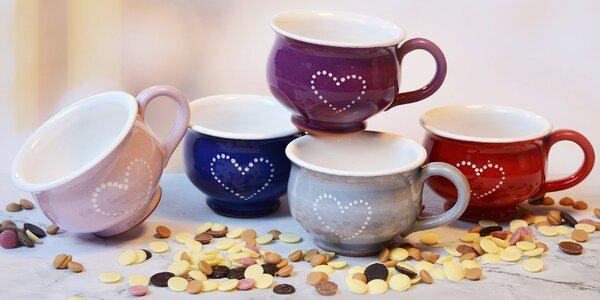 Ručně malované hrnky a čokoláda na nápoj i fondue
