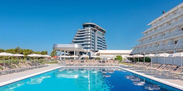 Vodice: hotel 50 m od pláže, bazény i polopenze