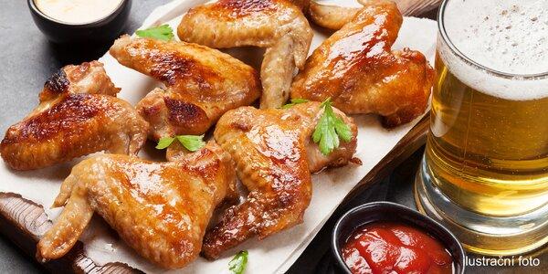 Kuřecí křídla, vepřová pečeně či klobásky i pivo