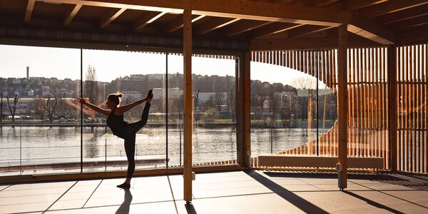 Lekce jógy s výhledem na Vltavu ve studiu Cere
