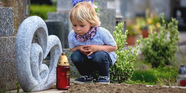 Proč se děti smějí, když někdo blízký zemře, a jak s nimi o smrti mluvit?