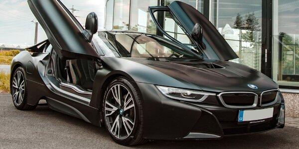 Jízda v BMW i8 Frozen Black Edition ve Starém Městě