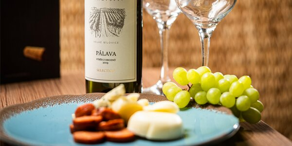Lahev vína s domácí klobáskou a farmářskými sýry