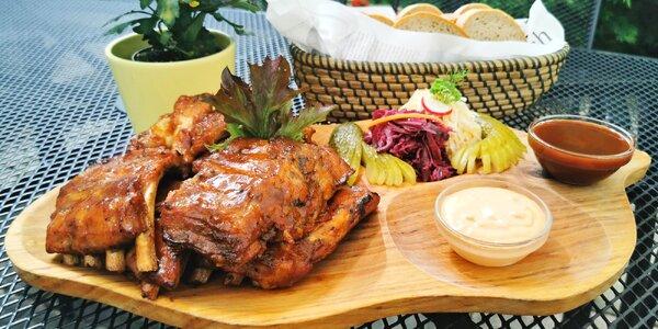 Mix grill pro 4 osoby: křídla, žebra a přílohy
