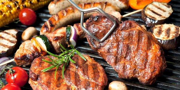 Umíte správně naložit maso na grilování? A víte, proč do něj nepíchat vidličkou?