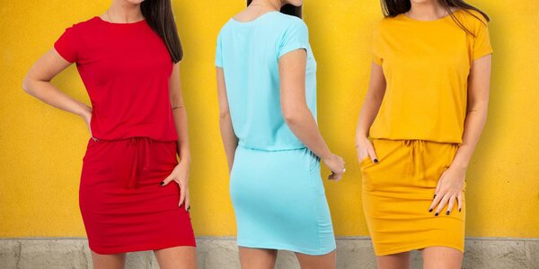 Jednobarevné šaty s kapsami a vázáním v pase