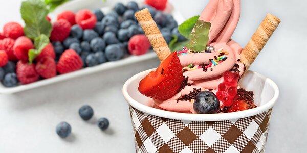 Kelímek plný zmrzliny a topingů podle vašeho gusta