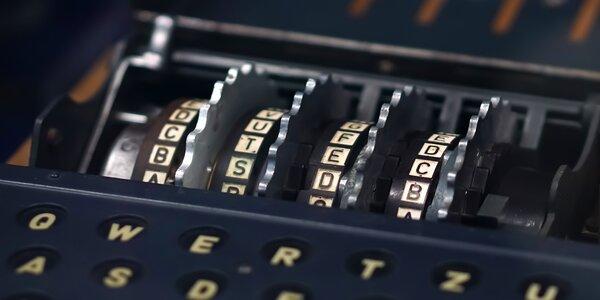 Příběh Enigmy: šifrovací hra na doma až pro 5