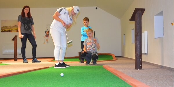 Zábava na zastřešeném minigolfu pro děti i dospělé