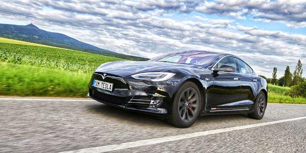 Rychlá a tichá Tesla S: jízda s rodinou i partou