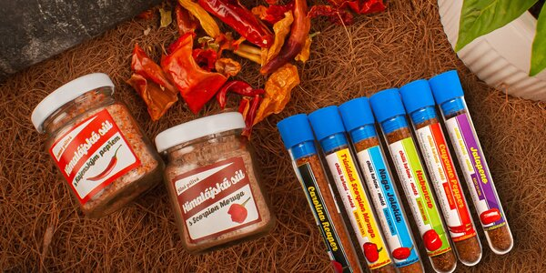 Sušené mleté chilli nebo himálajská sůl s chilli