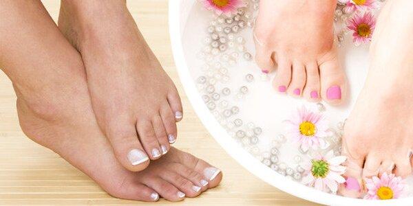 Mokrá pedikúra s masáží nebo modeláž nehtů